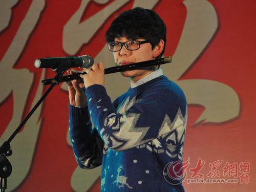 贾京旋表演笛子独奏《牧民新歌》