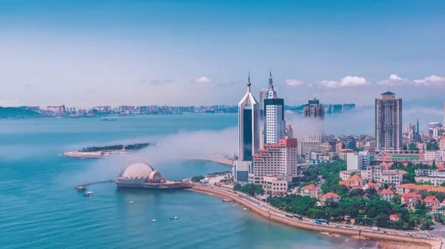 泰山矗立,黄河入海。这里有波澜壮阔的齐鲁山水,还有源远流长的儒家文化;这里有15.9万平方公里的海域,还有3个吞吐量过4亿吨的大港;这里有蓬勃发展的海洋经济,还有加速建设的新旧动能转换综合试验区   10月8日,人民日报社新媒体中心与中央网信办移动网络管理局合作推出中国一分钟地方篇系列微视频之《山东一分钟》,从经济、人文、生态等不同方面,全景展示改革开放40年来山东省稳步前行的发展变化。   一山一水一圣人   蓄势为新,看山东   五岳独尊的泰山在这里拔地而起   孕育中华上下五千年文明的黄