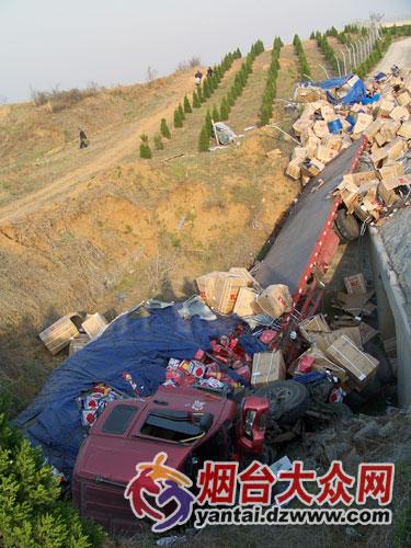 货车翻进20米边沟 司机握方向盘睡着了
