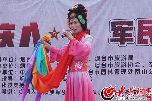选手清唱李玉刚的歌曲《梨花颂》-烟台好声音南山公园上演 军民共庆