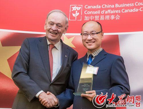 总理克雷蒂安为喜旺董事长林强颁奖-长2米 史上最长烤肠 将亮相大润