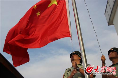 军人向国旗敬礼背影壁纸