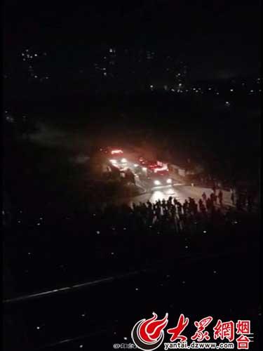 烟台大学文经学院宿舍楼着火 楼道里浓烟弥漫图片