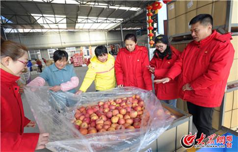 中国石油山东销售烟台分公司的员工帮助郝红一家卖苹果.JPG